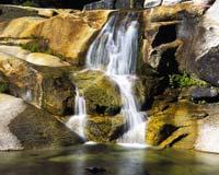 Водопад среди камней, скринсейвер